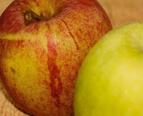 Eine Nahaufnahme zweier Äpfel