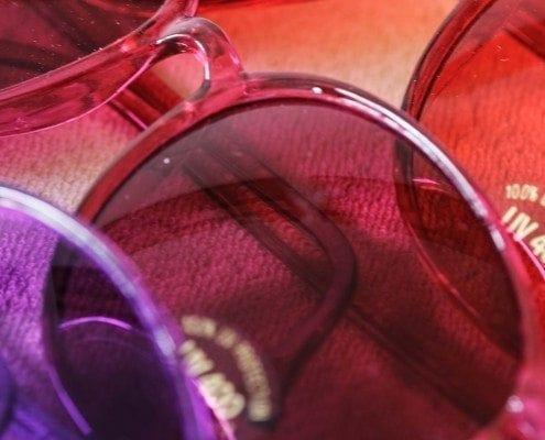 Eine Nahaufnahme farbiger Sonnenbrillen