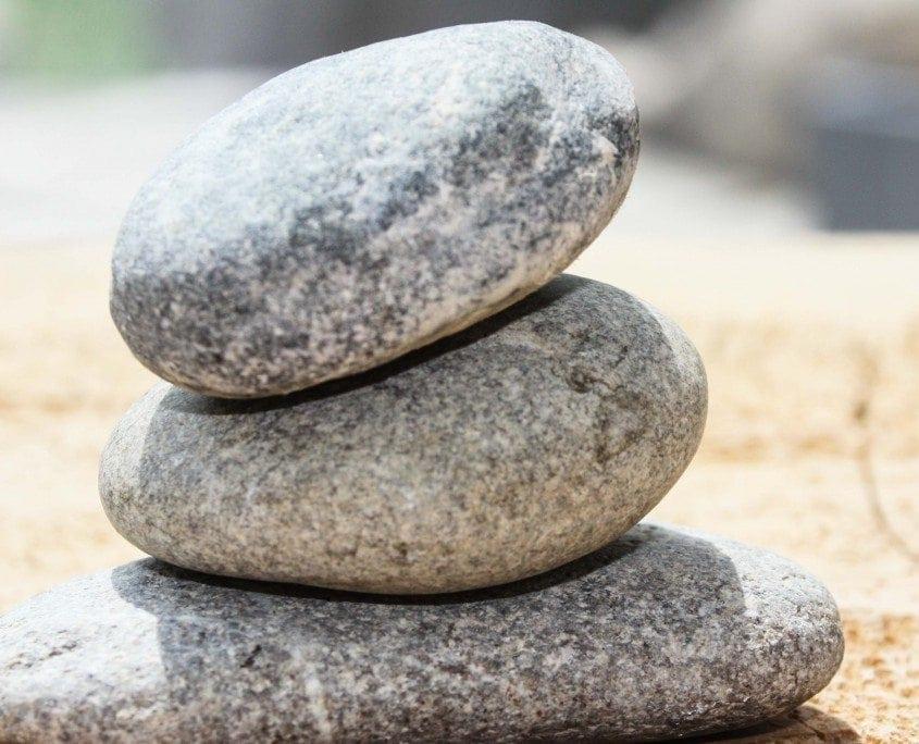 Drei Steine die aufeinander gestapelt liegen