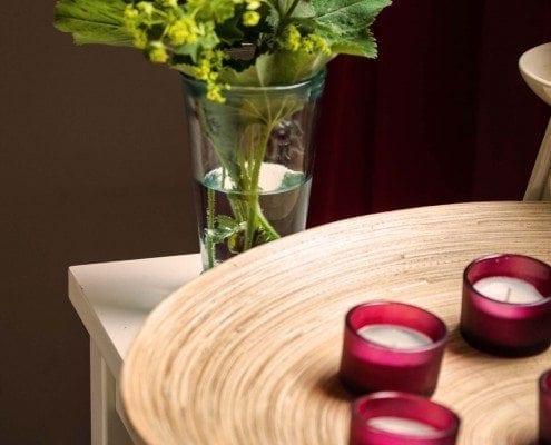 Ein Mit Teelichter dekorierter Abstelltisch