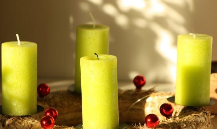 2 Kerzen auf Adventskranz